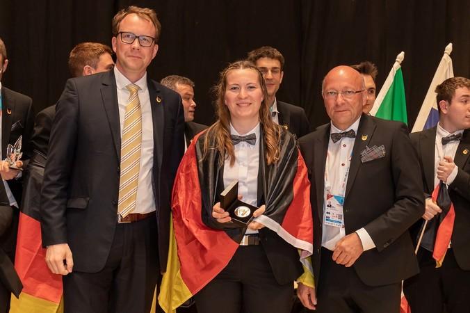 Bodenlegerin Regina Fraunhofer holte bei den EuroSkills 2021 eine Exzellenzmedaille. Foto: © WorldSkills Germany/Frank Erpinar
