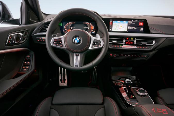 Der Sprachassistent des Multimediasystems gehorcht aufs Wort und versteht auch Spaß. Foto: © BMW