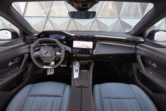 Der Innenraum präsentiert sich mit einfach bedienbarem Multimedia modern. Foto: © Peugeot