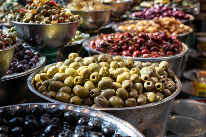 Olivenberge am Stand des Carmel Marktes in Tel Aviv. Foto: © HAIM YOSEF / Ministry of Tourism Israel