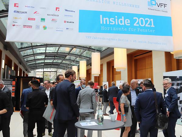Gut frequentiert: In der begleitenden Fachausstellung präsentierte 20 Unternehmen und Organisationen ihre Produkte und Leistungen. Foto: © Vössing