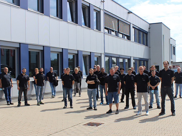 The production team in front of the company building in Bergisch-Gladbach. Photo: © Schmersal Böhnke + Partner