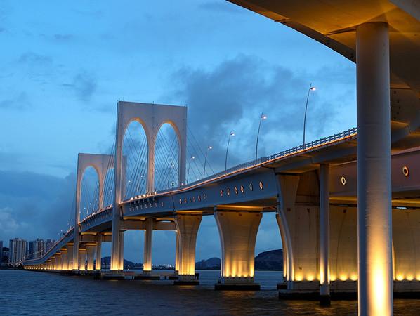 Im Rahmen seiner FIS EM Plus Kampagne stellt Befestigungsspezialist fischer innerhalb von Social-Media-Posts sowie auf seiner Micro- und Website Referenzprojekte vor, bei denen die Profilösung zum Einsatz kam. Dazu zählt die weltweit längste Meeresbrücke Hongkong-Zhuhai-Macau-Bridge in China. Foto: © fischer