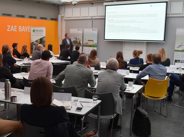 Vertiefungsseminar Solar-Gründach mit Planungsgrundlagen und Praxisbeispielen zur Kombination PV und Begrünung. Foto: © Bundesverband GebäudeGrün e. V.