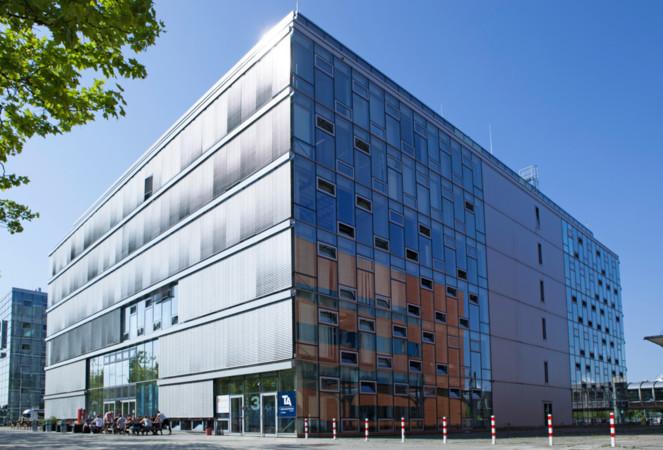 Die Multi-Media Berufsbildende Schule befindet sich direkt neben dem Gelände der Messe Hannover und in der Nachbarschaft der Hochschule und Fachhochschule. Foto: © MMBbS