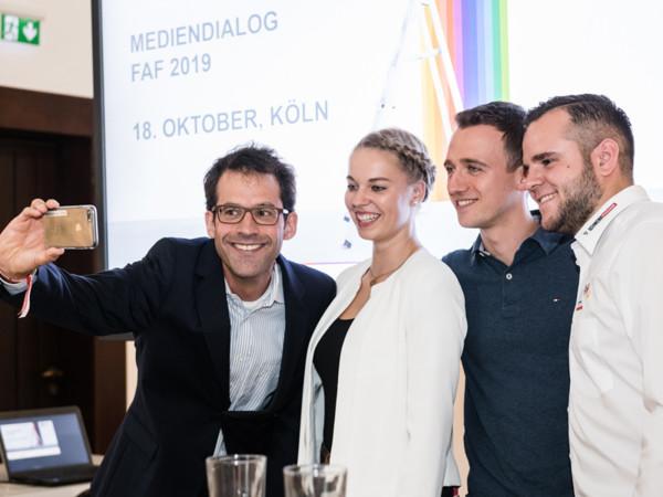 Ein Selfie gehört heute dazu, das wusste auch Moderator Dr. Patrik Hof (v. l.) mit der neuen Generation Handwerkern Jessica Jörges, Marcus Spohn und Alexander Schmidt. Foto: © FAF