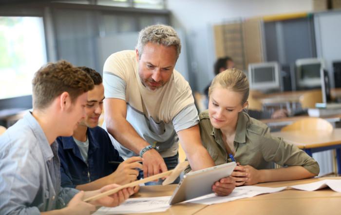 Sind die Auszubildenden länger als fünf Unterrichtsstunden in der Berufsschule, müssen sie danach nicht mehr in den Betrieb zurückkehren. Foto: © goodluz/123RF.com